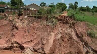 Cratera ameaça casas de moradores na área rural de Cianorte - Desde as fortes chuvas de fevereiro, uma cratera enorme se abriu na estrada da Bica. A erosão ameaça algumas casas da região.