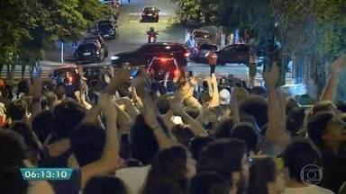 Estudantes protestam contra a ação da PM durante manifestação na PUC - Os estudantes se concentraram em frente a universidade, em Perdizes, na Zona Oeste da capital. Eles caminharam pelas ruas do bairro e bloquearam algumas vias. A polícia acompanhou o protesto, mas ainda não informou quantas pessoas participaram do ato, que foi pacífica.