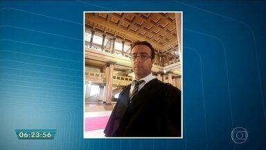 Advogado é morto em seu escritório em Guarulhos, na Grande SP - O advogado criminalista Leandro Balcone, de 35 anos, foi assassinado no escritório, no Centro de Guarulhos. A polícia analisa imagens de câmeras de segurança de casas vizinhas para tentar chegar ao criminoso.