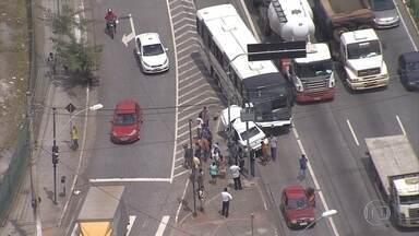 Acidente entre carro e ônibus deixa trânsito lento na Avenida Cristiano Machado - Não há informações sobre vítima. Batida aconteceu no sentido Confins.