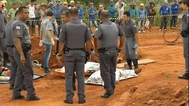 Dois operários de uma obra de galerias de esgoto morrem soterrados em São Paulo - Os operários morreram soterrados em uma galeria de esgoto na cidade de Marília. Eles trabalhavam na limpeza da tubulação quando foram surpreendidos com um gás.