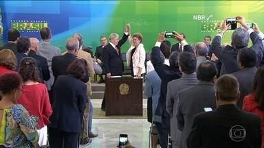 Governo continua negociações para tentar segurar debandada do PMDB - Mesmo sem cargo no Palácio do Planalto, Lula tem atuado como articulador político do governo. E a preocupação maior é tentar evitar a debandada do PMDB. O partido vai decidir que destino tomar na semana que vem.