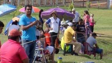 Douradenses e turistas pescam na festa do peixe - Evento é realizado no Parque Primo Prioravante.