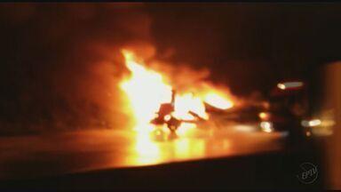 Carreta pega fogo no km-941, da rodovia Fernão Dias, em Extrema (MG) - Carreta pega fogo no km-941, da rodovia Fernão Dias, em Extrema (MG)