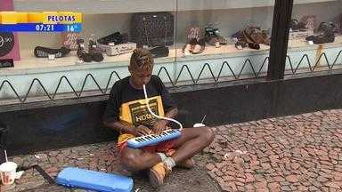 Artistas da Rua da Praia: Israel Silva, de 15 anos, mostra seu talento musical - Assista ao vídeo.