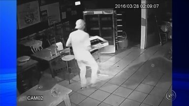 Câmera de segurança de bar em Itapetininga filma invasão e furto - Câmeras de segurança de um bar em Itapetininga (SP) registraram o momento em que um assaltante invadiu o comércio. Durante a madrugada, ele entrou no local, e levou dinheiro e celulares, mas não percebeu que as câmeras gravaram tudo.
