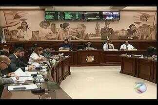 Após reajuste, vereadores de Uberaba poderão escolher salário - Projeto diz que parlamentar poderá escolher entre teto e mínimo salarial.Medida foi aprovada por unanimidade após reajuste de 11,1%.