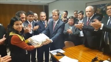 OAB entrega novo pedido de impeachment depois de tumulto na Câmara - Hostilizados por deputados governistas e militantes favoráveis ao governo, dirigentes da OAB (Ordem dos Advogados do Brasil) conseguiram em meio à forte confusão na Câmara protocolar mais um pedido de impeachment da presidente Dilma Rousseff.