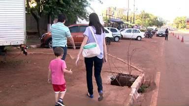 Bueiros sem tampa são um risco para pedestres na av. Costa e Silva - Telespectador reclamou e prefeitura disse que vai consertar ainda esta semana.