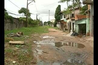 Moradores reclamam de lama e buracos na rua dos Comerciários, no bairro da Cabanagem - Comunidade conta que o problema é antigo e ignorado pela Sesan.
