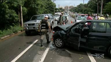 Acidente envolvendo seis veículos deixa trânsito lento em avenida de São Luís - Acidente envolvendo seis veículos deixou trânsito lento na avenida Jerônimo de Albuquerque, em São Luís.