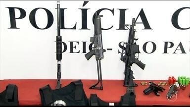 Policiais descobrem depósito de quadrilha que assaltou transportadora em Jundiaí - Policiais do Departamento Estadual de Investigações Criminais (Deic) descobriram um depósito na zona norte da capital com munição, armas e carros roubados. De acordo com as investigações, o local era uma base utilizada pela quadrilha que assaltou uma transportadora na semana passada em Jundiaí (SP).