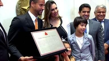 Em noite de homenagem, Fábio recebe o título de cidadão honorário de Minas Gerais - Goleiro do Cruzeiro é homenageado na Assembleia Legislativa de Minas Gerais