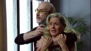 Polícia descobre esconderijo de Mike e ele usa Chiara como refém - O bandido ameaça atirar já que não tem nada a perder