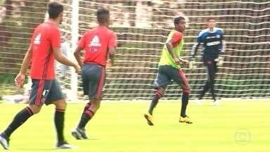 Flamengo e Vasco tentam levar seus jogadores que vão disputar eliminatórias da Copa - O Flamengo, que vai disputar o clássico em Brasília, montou uma operação para levar Guerrero, que está com a seleção do Peru, direto para o jogo. Já o Vasco terá a volta do goleiro Martin Silva.