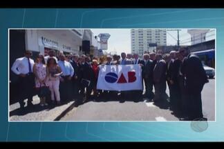 OAB promove ato público em apoio a advogado agredido em Uberlândia - Ação ocorreu em frente ao prédio do Juizado Especial nesta quinta (31).Ato foi em apoio ao advogado Leonardo Nunes, ofendido por promotor.