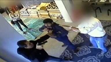 Policial que agrediu dono de loja de tapete pede aposentadoria - O investigador da corregedoria da polícia, José Camilo Leonel, ameaçou o comerciante iraniano Navid Saysan e depois o agrediu com socos. Depois da confusão, o policial foi afastado do cargo por seis meses.