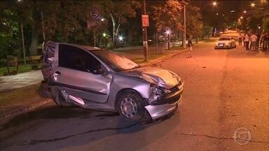 Casal é atropelado por motorista que disputava pega de rua no RS - Durante a madrugada de sábado (2) um casal foi atropelado, e por pouco, o acidente não terminou em tragédia