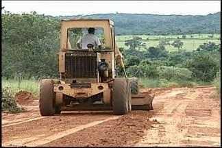 Revitalização de estradas rurais é realizada em Uberaba - Prioridade é recuperar os locais onde há maior produção de grãos. Área total de estradas rurais é de mais de 5.500 km.