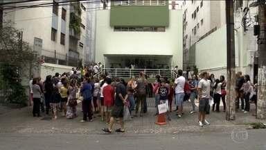 Surto de gripe provoca filas nas clínicas em São Paulo - Neste sábado (2), longas filas se formaram nas clínicas particulares, mas muita gente voltou para casa sem tomar a vacina.