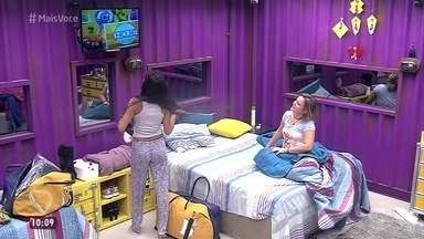 Finalistas do BBB16 acordam - Cacau e Munik se divertem ao assistir à vinheta da final do programa