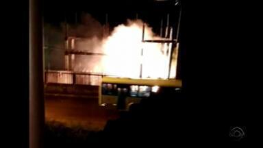 Homem morre durante manutenção em estação de trem após incêndio - Na noite de sexta (8), incêndio em subestação de energia causou problemas.