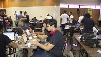 """""""Hackaton"""" é disputado na Exposição de Londrina - O evento tem a participação de programadores, hackers e inventores que ficarão concentrados no Parque Ney Braga durante 47 horas para desenvolver soluções na área de tecnologia voltadas para o agronegócio. Os projetos poderão ser implantados na prática em propriedades rurais e empresas."""