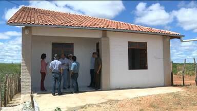 Pesquisadores desenvolvem casa ecológica em Cabaceiras - Casa possui mecanismos de captação de água e é projetada para favorecer a circulação de ar.