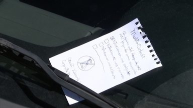 """Agentes mirins ajudam na fiscalização do trânsito - A família decidiu criar a """"multa cidadã"""". As crianças escrevem bilhetes para quem comete infrações. A família espera que os motoristas mudem o comportamento."""