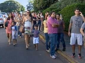 Moradores fazem fila para tomar a vacina contra a gripe - Vacinação foi feita pela ordem da entrega de senhas.