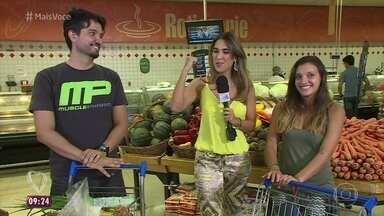 Wallace e Gabriela se conhecem no supermercado - Chef avalia os produtos dos carrinhos do casal selecionado para participar do quadro 'Solteiros no supermercado'. Gabriela decide que o jantar será na casa dela