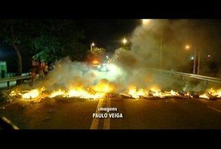 Moradores fecham a BR-101, em Campos, e pedem mais segurança nos bairros - Manifestação aconteceu nesta quinta-feira (14).