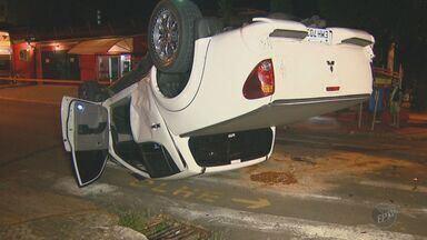 Caminhonete capota após ser atingida por carro em alta velocidade, em Campinas - O acidente aconteceu na noite da última quinta-feira (14) no Cambuí, o motorista que estava em alta velocidade não respeitou o sinal vermelho.