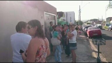 Em Ibitinga, moradores fazem fila para receber doce da vacina contra H1N1 - Uma enorme fila foi formada por moradores de Ibitinga (SP) para conseguir tomar a dose da vacina contra o H1N1. De acordo com a Unimed da cidade, os laboratórios não estão conseguindo atender a todos os pedidos da vacina.