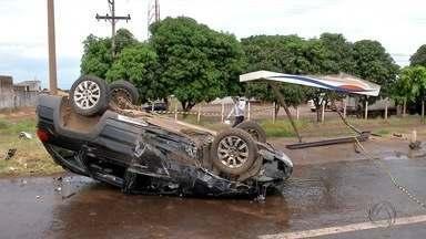 Carro capota e atinge ponto de ônibus em Campo Grande - Um acidente envolvendo dois carros deixou uma pessoa ferida na manhã desta sexta-feira em Campo Grande.