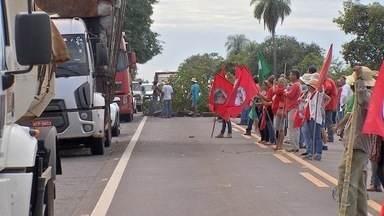 Trabalhadores rurais sem-terra bloqueiam rodovias em MS - Hoje três trechos de rodovias de Mato Grosso do Sul ficaram bloqueados por causa de um protesto de trabalhadores rurais sem-terra.
