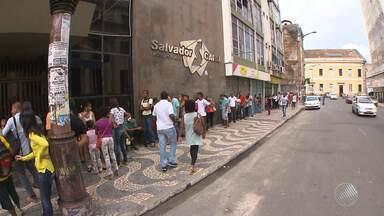Usuários de transporte público reclamam de filas no posto do Salvador Card - Paralisação dos rodoviários fez com que os funcionários chegassem mais tarde ao trabalho, o que atrasou o atendimento aos passageiros.