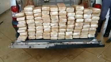 Motorista é preso com drogas após perseguição em rodovia - Um homem de 38 anos foi preso em flagrante com um carregamento de 60 quilos de maconha na tarde desta sexta-feira (15) depois de uma perseguição na Rodovia João Baptista Cabral Rennó, em Santa Cruz do Rio Pardo (SP).