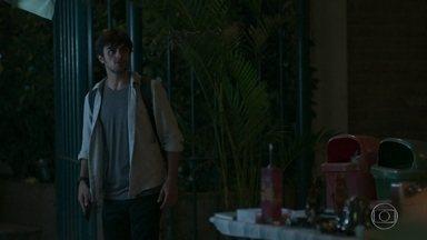 Totalmente Demais - Capítulo de sexta-feira, dia 15/04/2016, na íntegra - Jonatas tenta salvar Eliza de atropelamento