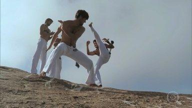 Luciano Huck mostra vídeo da família de Bruno Gissoni jogando capoeira na pedra da Gávea - O ator participou do quadro 'Jovens Inventores'