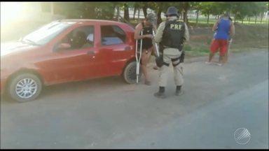 Motorista com deficiência física é flagrado alcoolizado e sem carteira em Barreiras - Segundo a polícia, o motorista adaptou o carro com um cabo de vassoura; veja nas imagens.