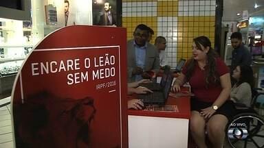 Estudantes ajudam quem precisa fazer declaração do Imposto de Renda, em Goiânia - Eles ficam no Araguaia Shopping durante toda a tarde desta quarta-feira (20).