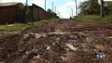 Moradores pedem por asfalto no Residencial Paulo Pacheco - População reclama por ter de conviver com a lama e a poeira.