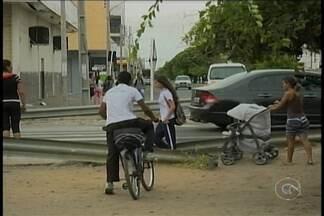 Pedestres sentem dificuldades para atravessar na Avenida Sete de Setembro, em Petrolina - Em um trecho da avenida, tem umas barras de ferro de um lado, e de outro. Para os pedestres, isso só tem atrapalhado.