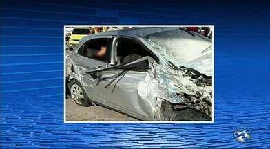 Carro da polícia que levava suspeitos de assalto sofre acidente a caminho de Bezerros - Um policial civil morreu no local.