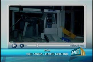 Quadrilha explode caixa e troca tiros com PM em Dores do Indaiá - Dinheiro do caixa foi levado. Uma equipe do Gate esteve no local para retirar bomba que foi deixada. Os criminosos fugiram em três carros.