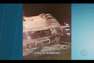 Fogo destrói carreta carregada de algodão na BR-365 em Santa Vitória - Incidente aconteceu na noite de terça-feira (19); motorista relatou problemas mecânicos.