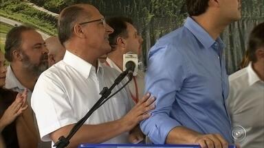 Homem tenta atacar governador com ovo em Jundiaí - Governador Geraldo Alckmin discursava sobre as obras em Jundiaí quando quase foi atingido por um ovo. O suspeito foi levado para prestar esclarecimento e depois, foi liberado. Alckmin não chegou a ser atingido.