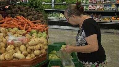 Donas de casa contam 'estratégias' para economizar no supermercado - Em tempos de crise, toda economia é bem-vinda.
