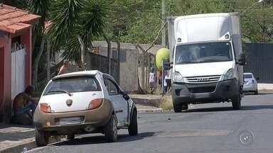 Batida entre carro e caminhão deixa mãe e filha de 9 anos feridas - Mãe e filha, de 9 anos, ficaram gravemente feridas após o carro em que estavam como passageiras colidir contra um caminhão, na Vila Carvalho, em Itapetininga (SP), nesta quarta-feira (20).